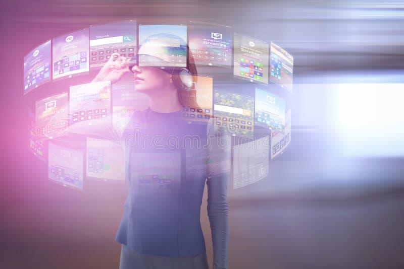 Sammansatt bild av kvinnan som erfar virtuell verklighethörlurar med mikrofon arkivbild