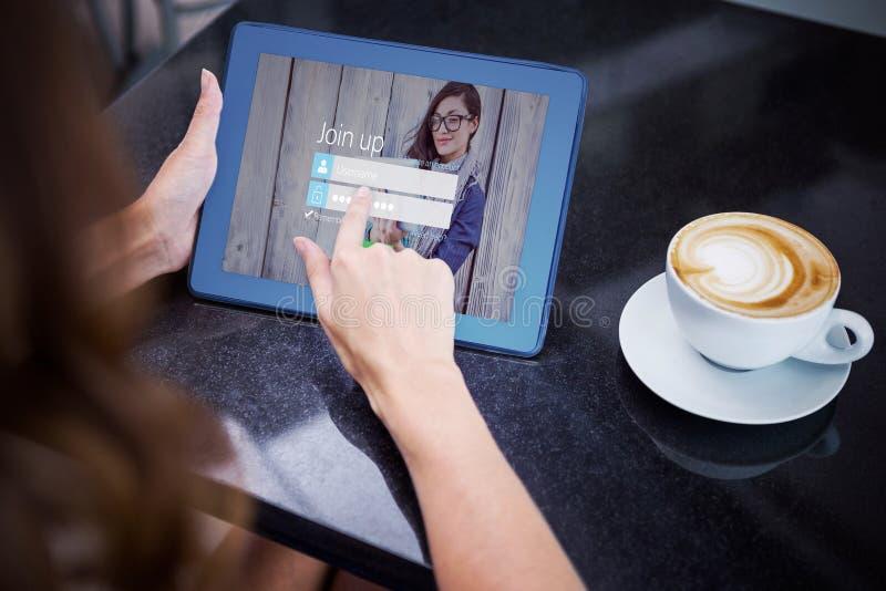 Sammansatt bild av kvinnan som har kaffe och använder hennes minnestavla vektor illustrationer