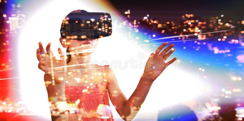 Sammansatt bild av lilla flickan som rymmer faktiska exponeringsglas royaltyfri foto