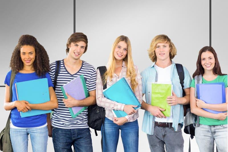 Sammansatt bild av lyckliga högskolestudenter som rymmer mappar arkivbild