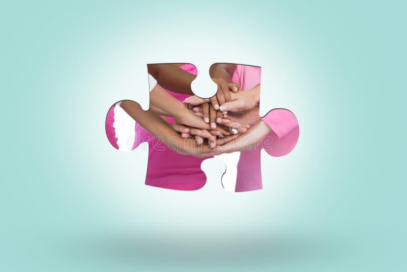 Sammansatt bild av lyckliga kvinnor som tillsammans bär bröstcancerband med händer royaltyfri foto