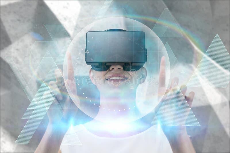 Sammansatt bild av lyckligt peka för kvinna som är uppåtriktat, medan genom att använda virtuell verklighethörlurar med mikrofon royaltyfri foto