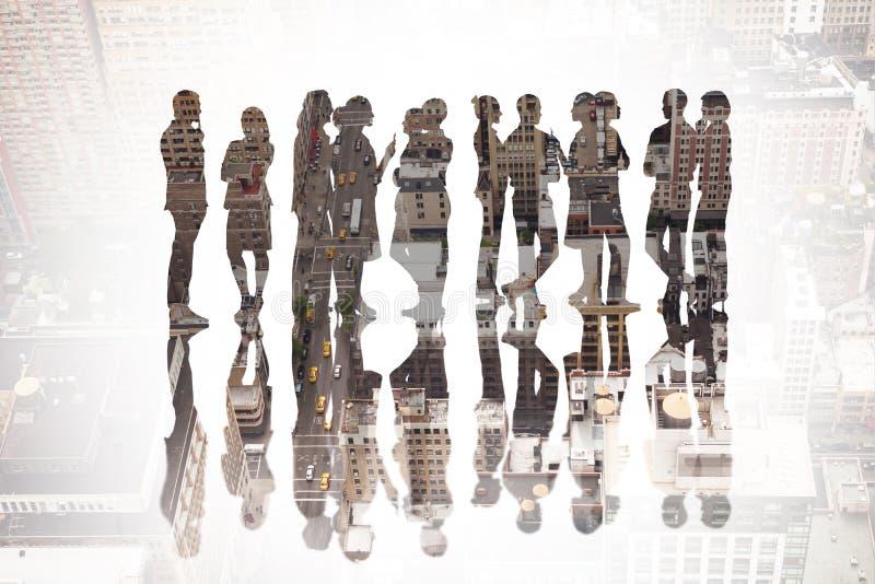 Sammansatt bild av många affärspersoner som står i en linje royaltyfri foto