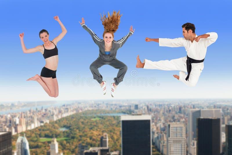 Sammansatt bild av mannen och kvinnor som hoppar över vit bakgrund fotografering för bildbyråer