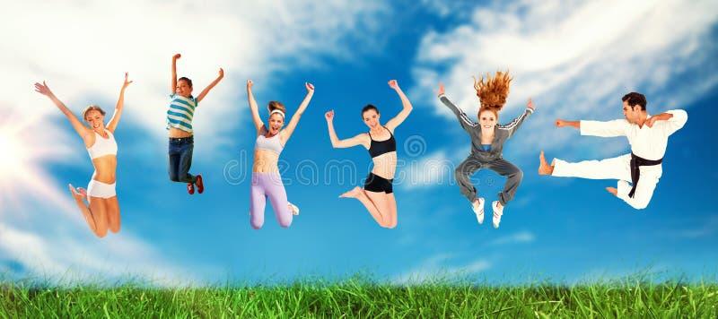 Sammansatt bild av mannen och kvinnor som hoppar över vit bakgrund royaltyfri bild