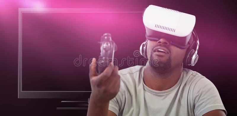 Sammansatt bild av mannen som använder virtuell verklighethörlurar med mikrofon och spelar videospelet royaltyfria foton