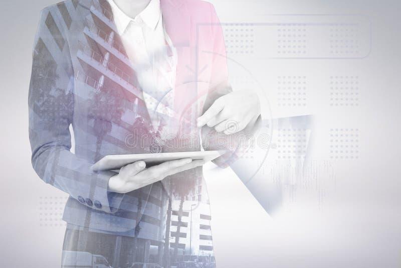 Sammansatt bild av midsectionen av affärskvinnan som använder den digitala minnestavlan 3d arkivbilder
