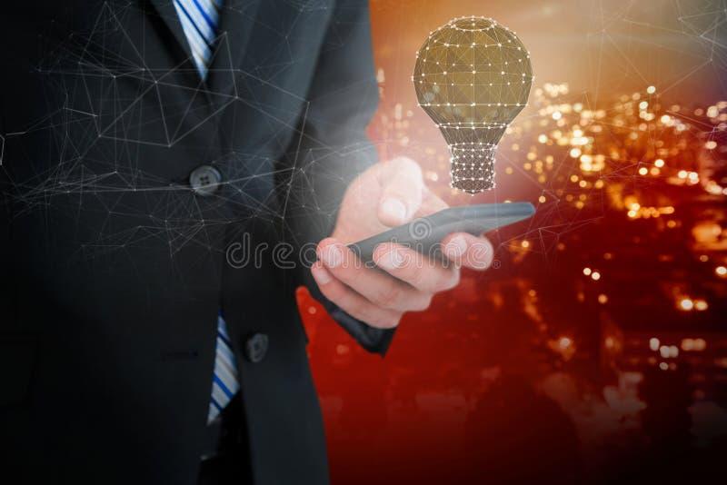 Sammansatt bild av midsectionen av affärsmantextmessaging på mobiltelefonen royaltyfri foto