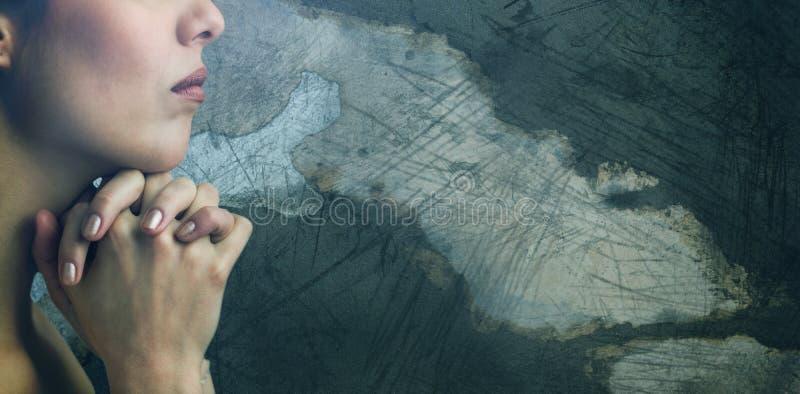 Sammansatt bild av närbilden av kvinnan som ber med sammanfogande händer arkivfoto