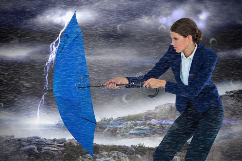 Sammansatt bild av paraplyet för affärskvinnainnehavblått royaltyfria foton