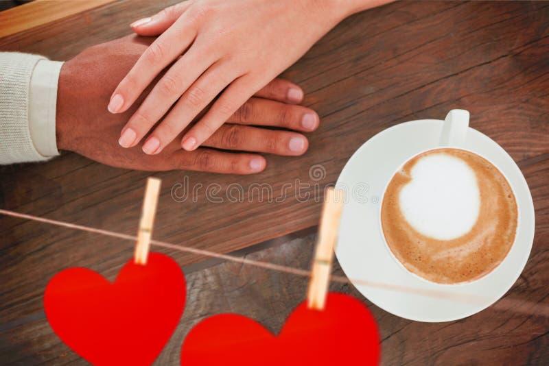 Sammansatt bild av parinnehavhänder bredvid cappuccino arkivfoton