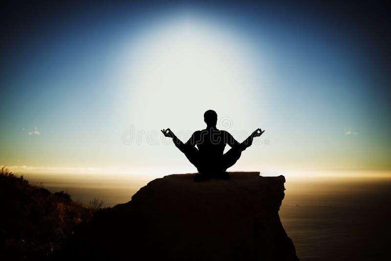 Sammansatt bild av praktiserande yoga för konturaffärsman royaltyfri illustrationer