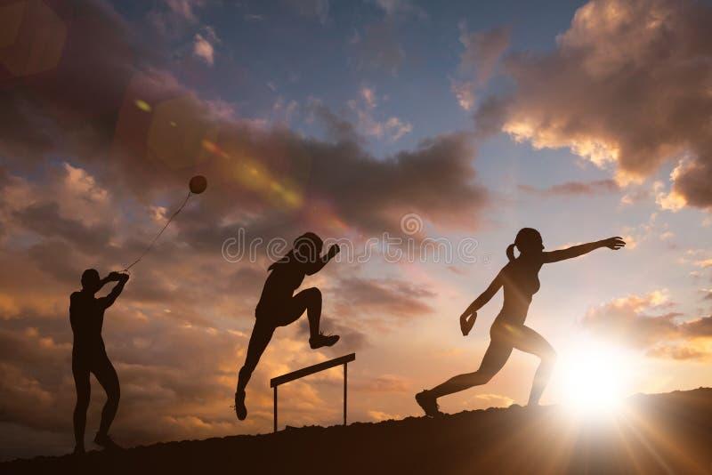 Sammansatt bild av profilsikten av det praktiserande diskuskastet för idrottskvinna royaltyfri foto