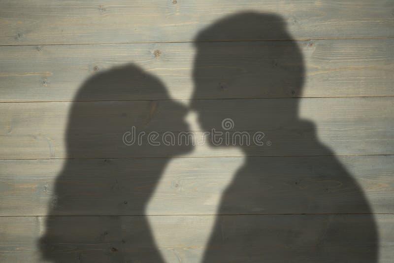 Sammansatt bild av profilsikten av par omkring som ska kyssas royaltyfria foton