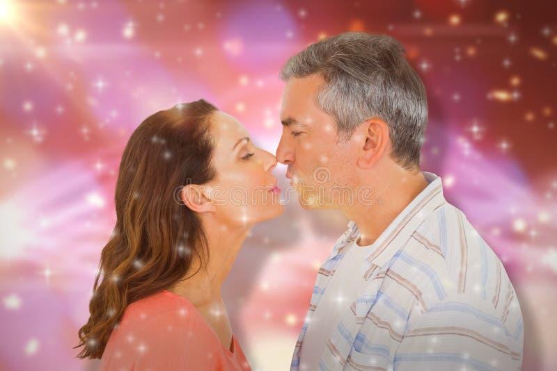 Sammansatt bild av profilsikten av par omkring som ska kyssas arkivbilder