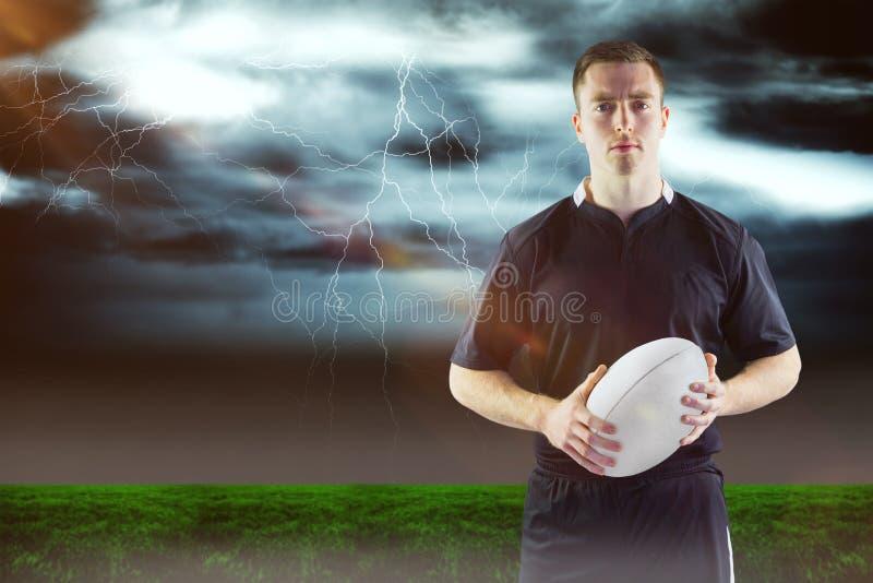 Sammansatt bild av rugbyspelaren som rymmer en rugbyboll 3D arkivfoto