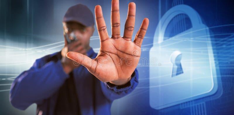 Sammansatt bild av säker säkerhet som talar på walkietalkie och gör stoppet för att göra en gest fotografering för bildbyråer