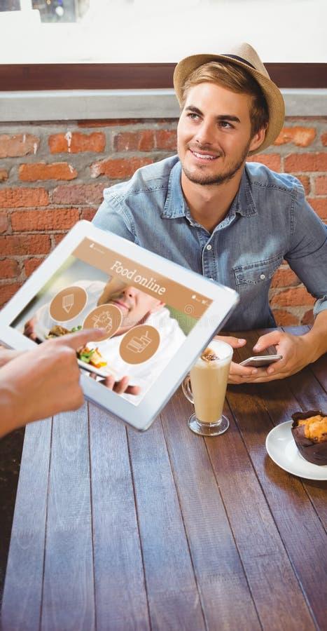 Sammansatt bild av servitrins som tar stiliga hipsters beställning med minnestavlan arkivfoto