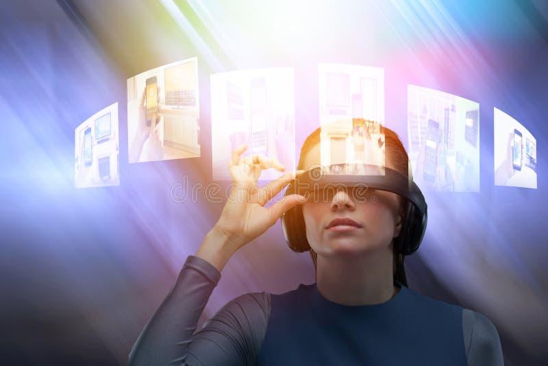 Sammansatt bild av slutet upp av den försökande virtuell verklighetsimulatorn för kvinna arkivfoton