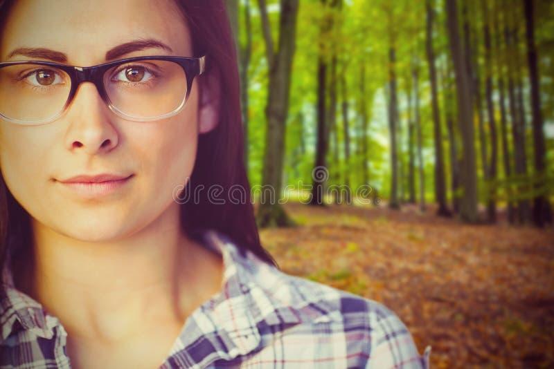 Sammansatt bild av slutet upp ståenden av bärande glasögon för ung kvinna royaltyfria bilder