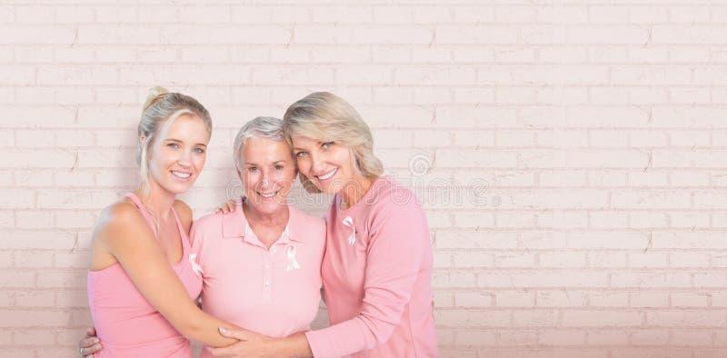 Sammansatt bild av ståenden av att le döttrar med understödjande bröstcancermedvetenhet för moder arkivbild