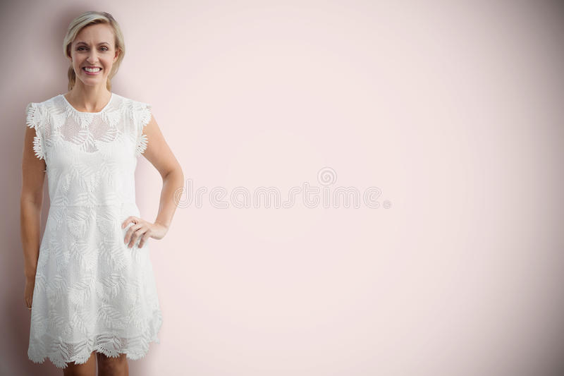 Sammansatt bild av ståenden av att le den blonda kvinnan mot vit bakgrund arkivfoto