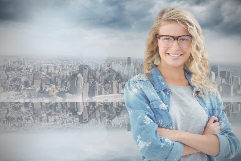 Sammansatt bild av ståenden av att le bärande glasögon för affärskvinna med korsade armar royaltyfri bild