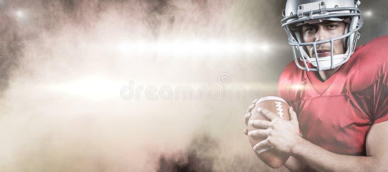 Sammansatt bild av ståenden av den allvarliga amerikanska fotbollsspelareinnehavbollen royaltyfri bild