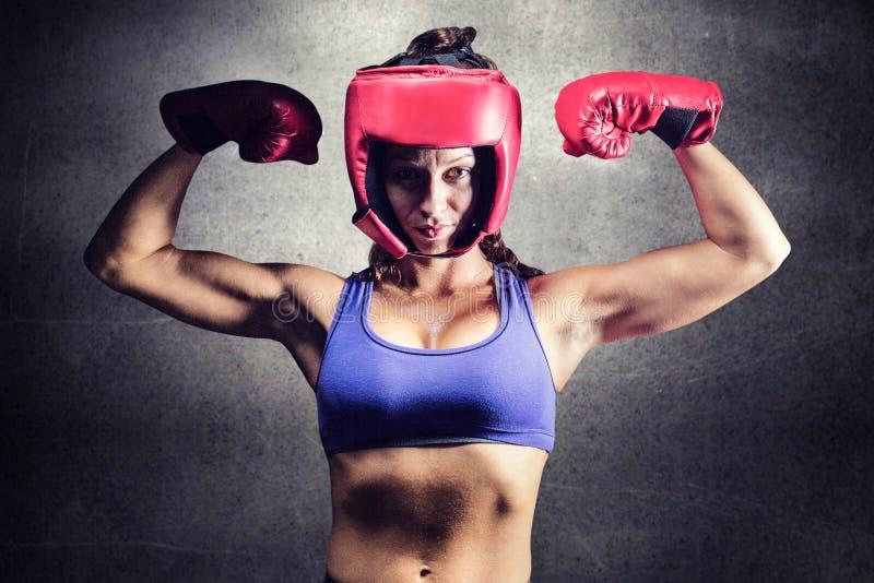 Sammansatt bild av ståenden av den säkra kvinnliga kämpen som böjer muskler arkivbild