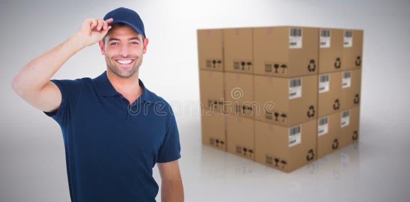 Sammansatt bild av ståenden av det lyckliga bärande locket för leveransman arkivbilder