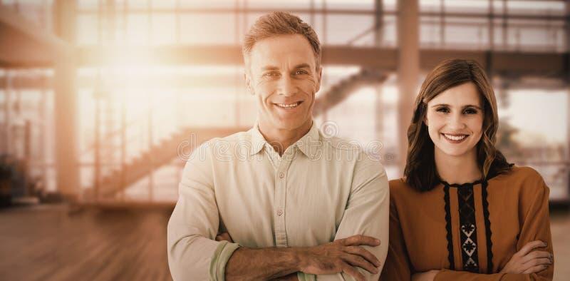 Sammansatt bild av ståenden av par med korsade armar royaltyfri bild