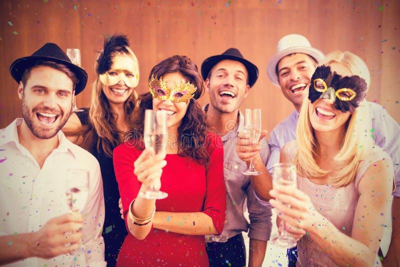 Sammansatt bild av ståenden av vänner som rymmer champagneflöjten, medan stå tillsammans arkivbilder