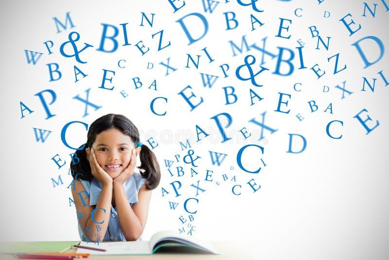 Sammansatt bild av ståenden av flickan som gör läxa på skrivbordet royaltyfria bilder