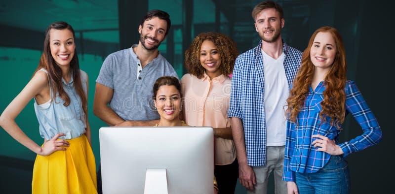 Sammansatt bild av ståenden av lyckligt affärsfolk på tabellen arkivbilder