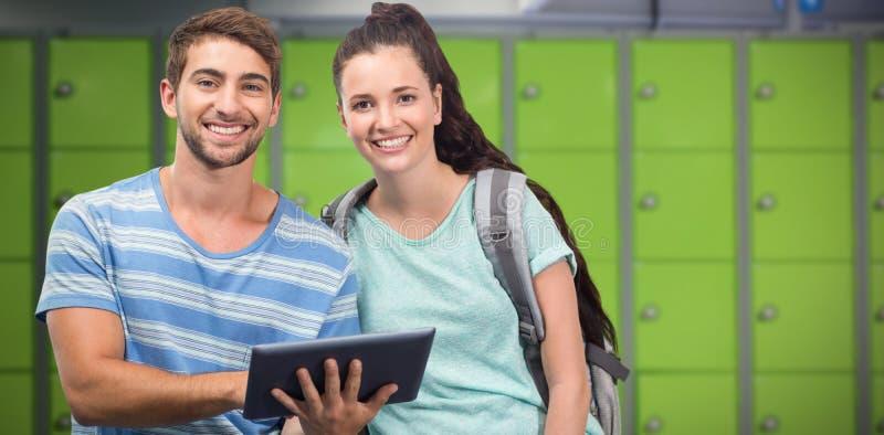 Sammansatt bild av studenter som använder minnestavlan och att le fotografering för bildbyråer