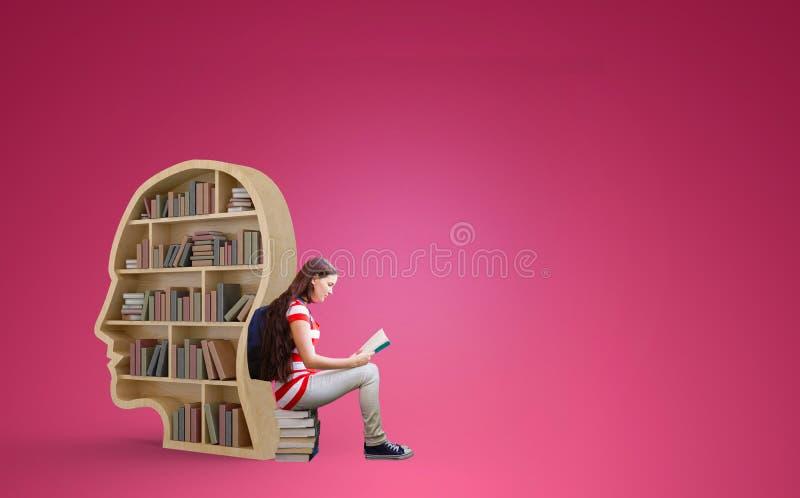 Sammansatt bild av studentläseboken i arkiv royaltyfri fotografi