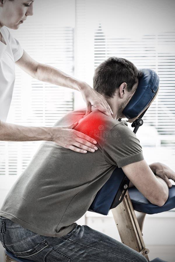 Sammansatt bild av terapeuten som masserar i sjukhus fotografering för bildbyråer