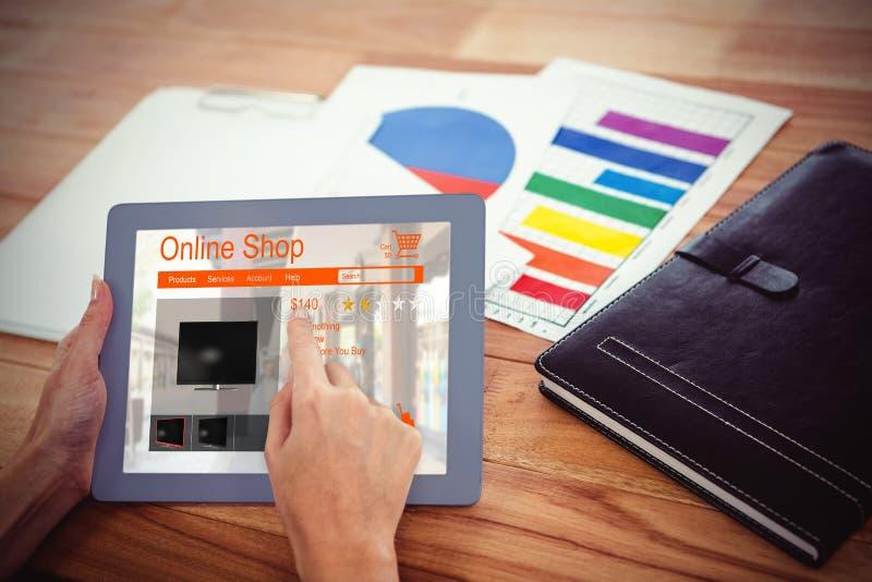 Sammansatt bild av till salu för tvagningmaskiner som visas på webbsidan arkivbild