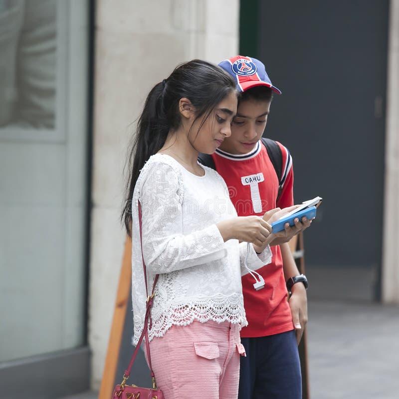 Sammansatt bild av två vänner som litet står till senen för sida arkivfoto