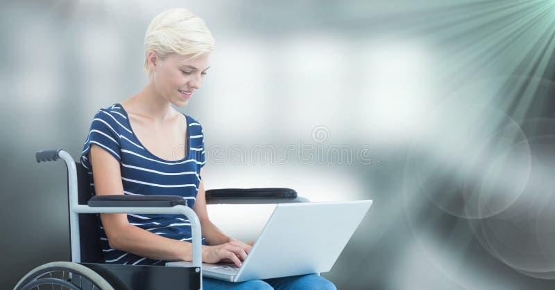 Sammansatt kvinna för bildod-handikapp som använder en dator arkivfoton