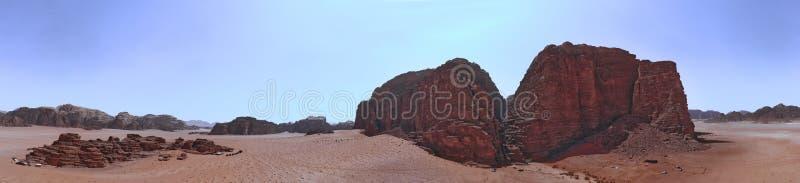 Sammansatt panorama av höga upplösningsflygbilder av ett monolitiskt berg i det centrala området av ökenreserven av Wadi Rum royaltyfri bild