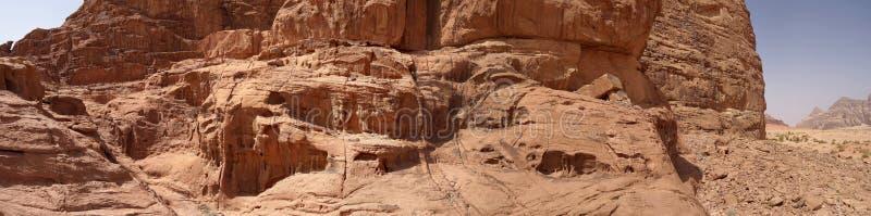 Sammansatt panorama av höga upplösningsflygbilder av ett monolitiskt berg i det centrala området av ökenreserven av Wadi Rum royaltyfri foto