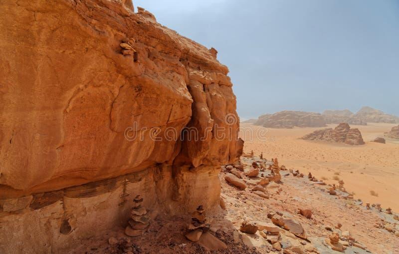 Sammansatt panorama av höga upplösningsflygbilder av ett monolitiskt berg i det centrala området av ökenreserven av Wadi Rum arkivfoton