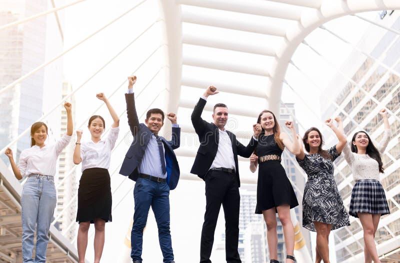 Sammanslagningar och förvärv, lyckad mångfaldgrupp av affärsfolk, hand för lagframgångprestation lyftte upp royaltyfri foto