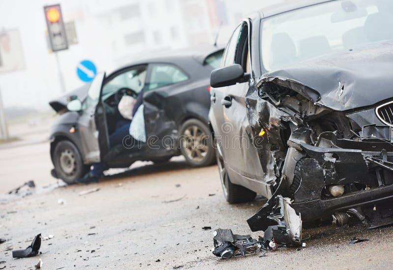 Sammanstötning för bilkrasch i stads- gata arkivbilder