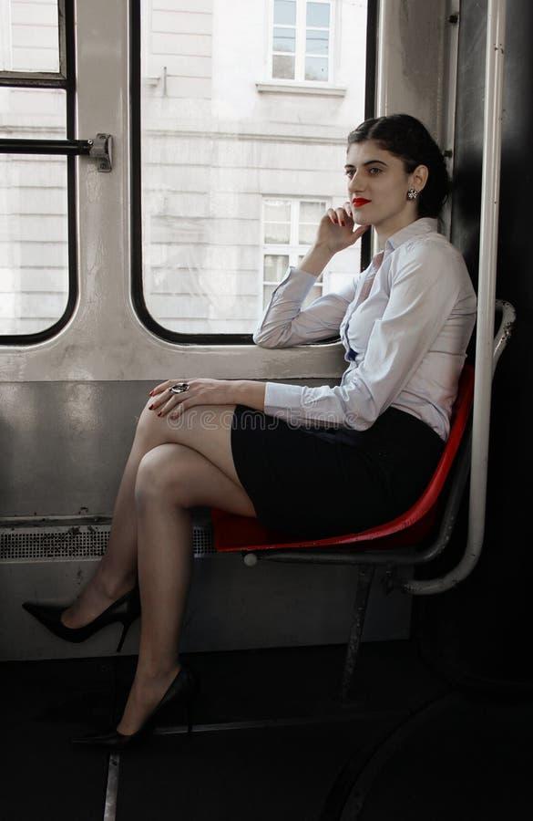 Sammanträde för affärskvinna i spårvagnen arkivbilder