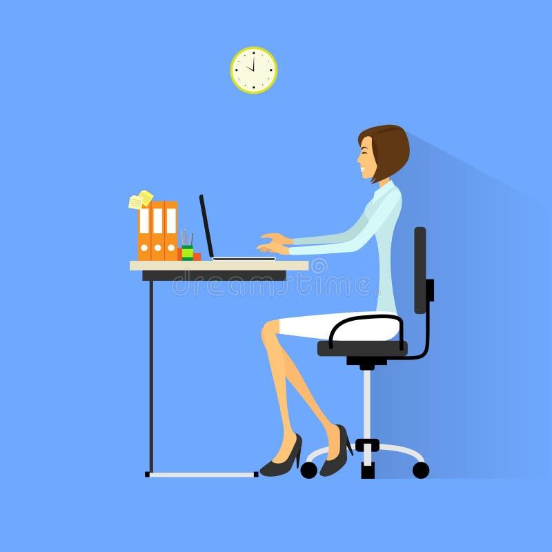 Sammanträde för affärskvinna på skrivbordet i regeringsställning som arbetar royaltyfri illustrationer