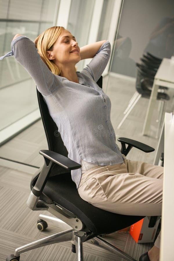 Sammanträde för affärskvinna på stol och att koppla av royaltyfria bilder