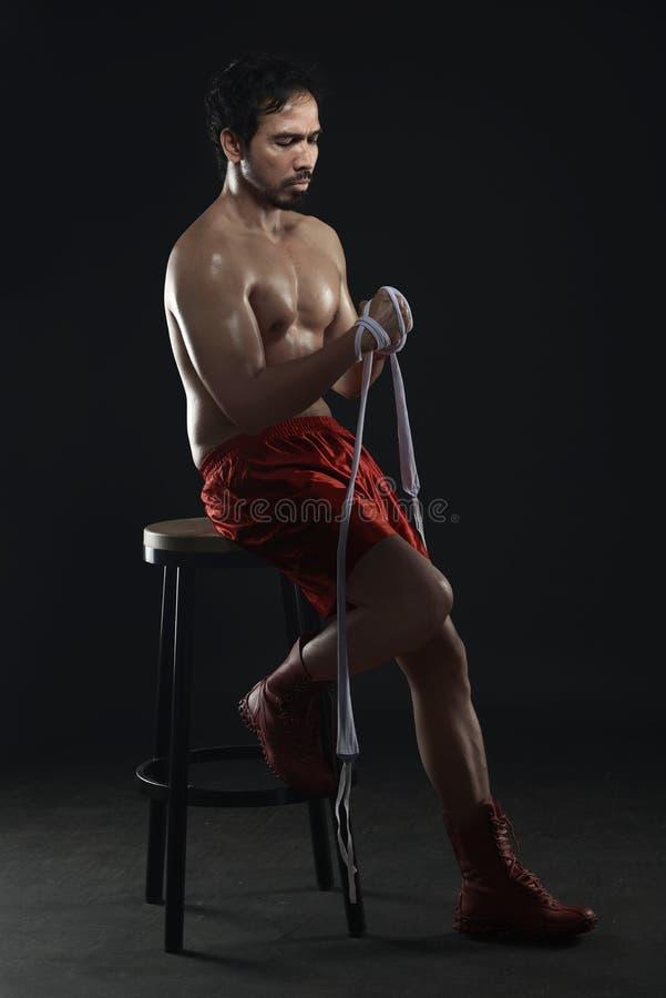 Sammanträde för boxare för idrottsman nenman asiatiskt i stolen, medan bära vit royaltyfri foto