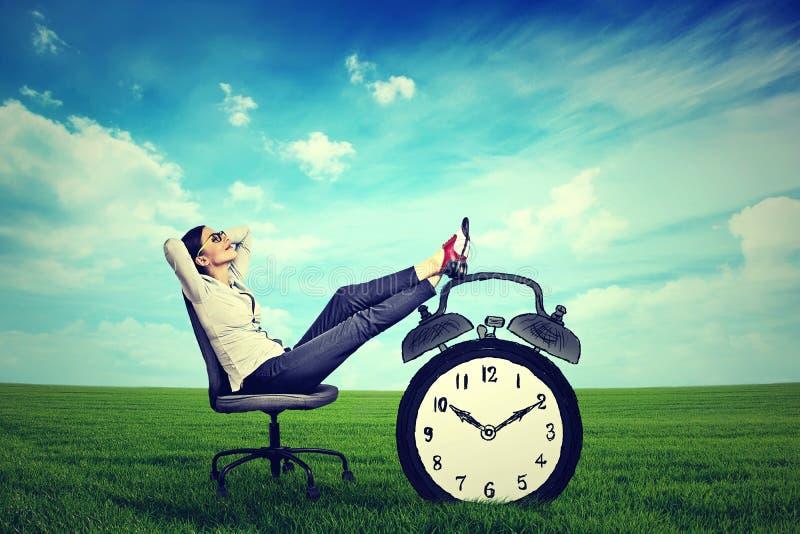 Sammanträde för företags ledare för affärskvinna avslappnande på en stol i den öppna luften utomhus arkivbilder